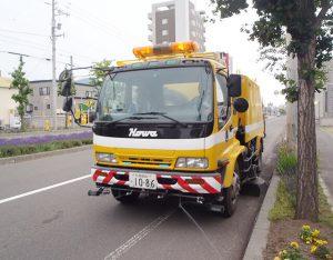 道路清掃車通過・・・花と緑のまち砺波市